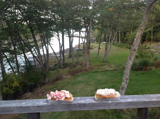 Coveside Bed and Breakfast : Lobster and Crab on the balcony overlooking the cove