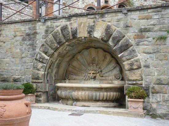 Caffe San Niccolo: Fontaine sur la place du Café