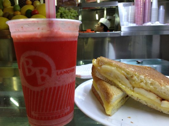 BB Lanches: Strawberry banana juice and a banana sandwich