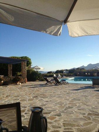 Villa Marandi Luxury Suites: Завтраки проходят в этом прекрасном месте, рядом с бассейном