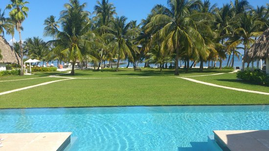 Victoria House: Immacculate grounds - view from infinity pool