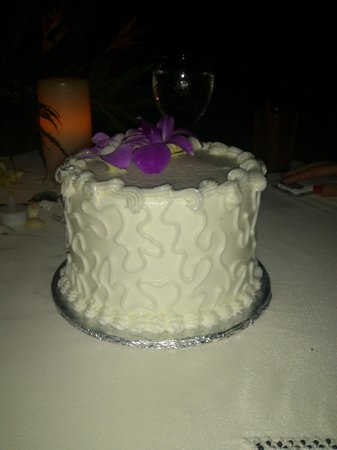 Victoria House Resort & Spa: Wedding Cake - made by chef, chocolate inside!