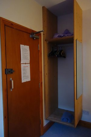 Old Palace Guest House : The wardrobe is cheap and has no door
