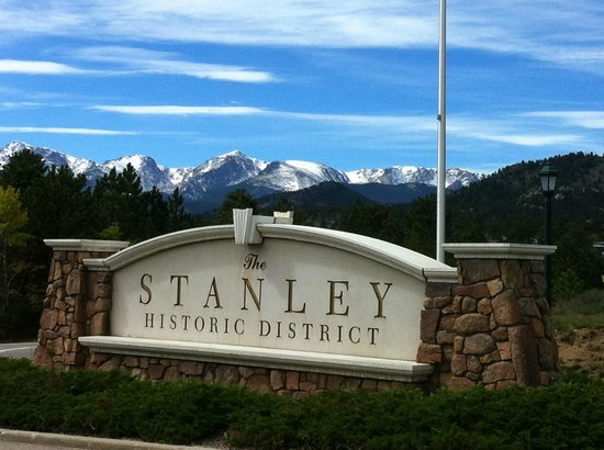 Stanley Hotel: Beautiful snow peaked mountains