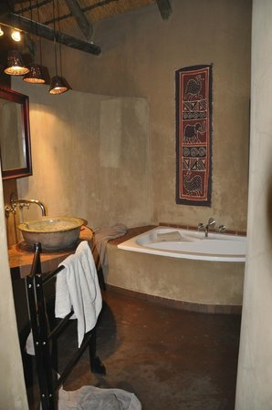 AmaZulu Lodge: Clever concealed open plan bathroom