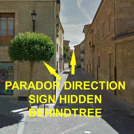 Parador de Ciudad Rodrigo: Hidden direction sign for the parador