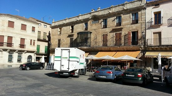 Parador de Ciudad Rodrigo: Parador Ciudad Rodrigo Plaza Mayor. Full of parked cars