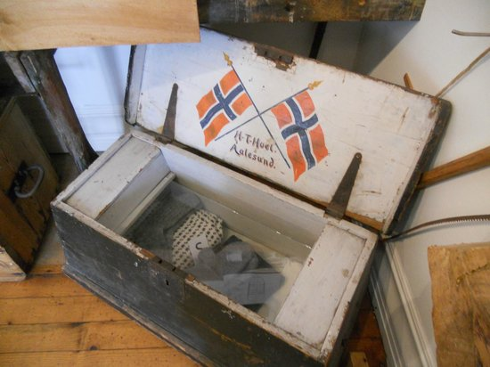 Aalesunds Museum: Typical trunk used during sailing days (Alesund Museum exhibit)