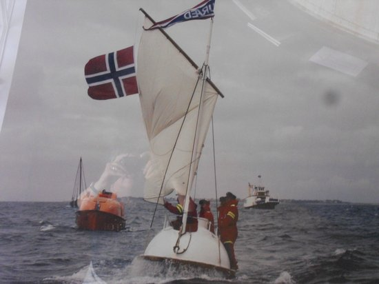 Aalesunds Museum: Picture of enclosed lifeboat on the high seas (Alesund Museum)