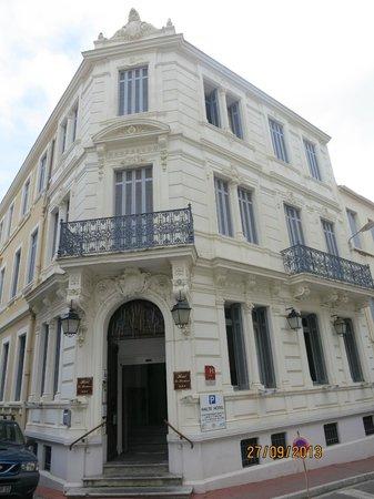 La Residence: Puerta y Fachada Principal