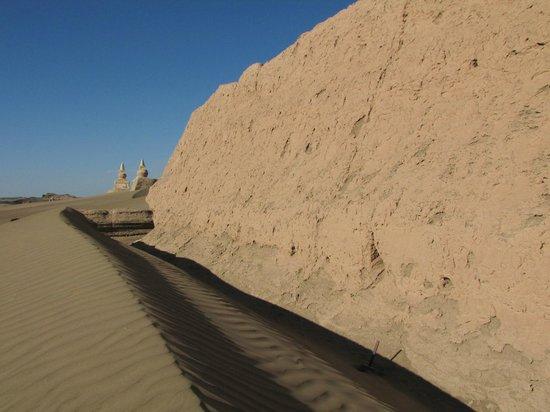 Heicheng Ruins: Sand facing the walls