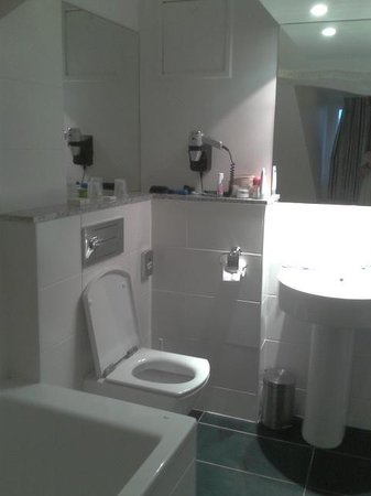 Claret Hotel: Good size bathroom