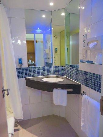 Holiday Inn Express Hemel Hempstead: Bathroom