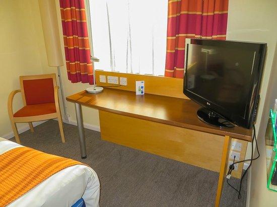 Holiday Inn Express Hemel Hempstead: Work desk/TV