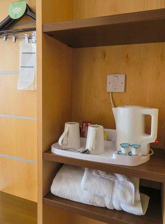 Holiday Inn Express Hemel Hempstead: In-room water boiler