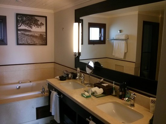 LUX Le Morne : Large bathroom.