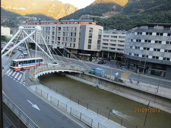 Magic Andorra Hotel: Vista del Rio VALIRA desde Habitacion del HOTEL
