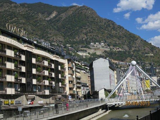 Magic Andorra Hotel: Vista del Rio y Fachada de HOTEL