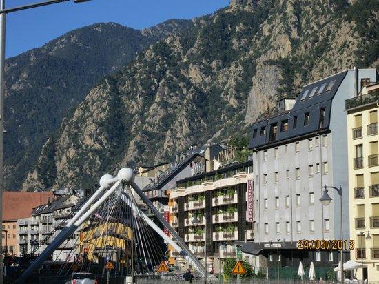 Magic Andorra Hotel: Vista del Puente del Rio VALIRA y Fachada del HOTEL
