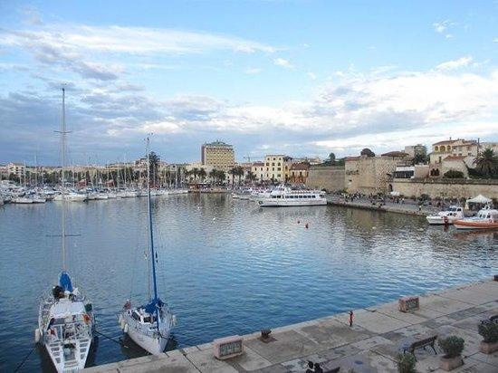 Hotel Catalunya: Vue de l'hôtel depuis le port