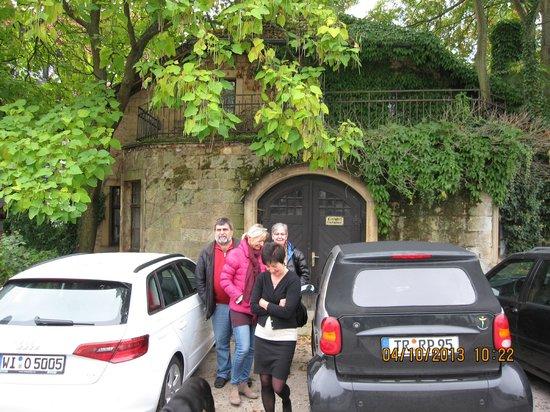 Landhaus Fluch : Parkplatz rechts vom Hotel