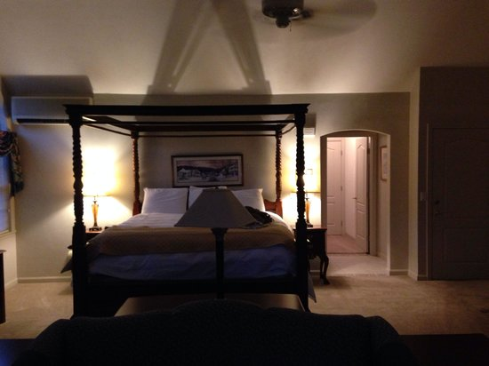 Nordic Village Resort: King sized bed