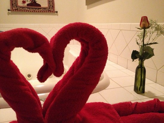 Snowflake Inn: Heart shaped towels were set up daily