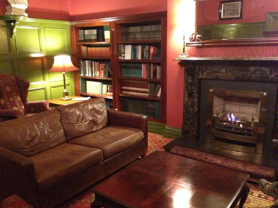 The Killarney Park Hotel : The library. You can read the books!