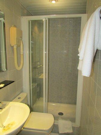 Familia Hotel: Bathroom with spacious shower