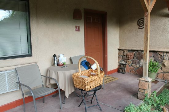 Red Rock Inn Bed and Breakfast Cottages : Outside the room - breakfast is served!