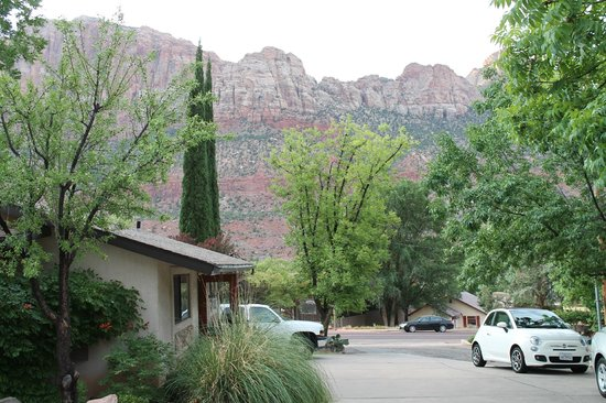 Red Rock Inn Bed and Breakfast Cottages : View from cottages to parking lot and cliffs