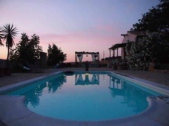 Finca Naranja : Het zwembad in avondlicht
