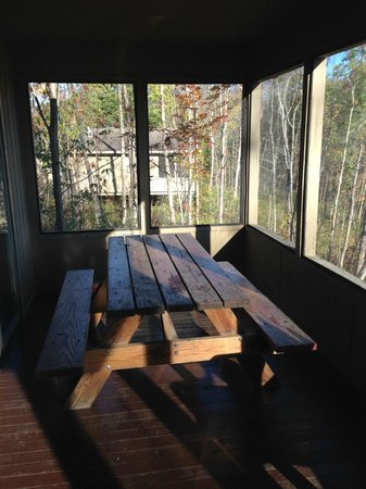 Punderson Manor Lodge and Conference Center: Screened in porch with picnic table