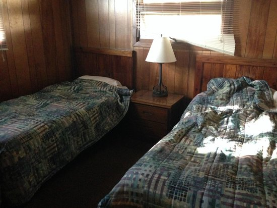 Punderson Manor Lodge and Conference Center: Room with the two twin beds