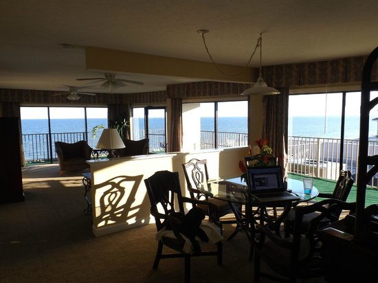 Econo Lodge Inn & Suites Beach: Dinning room and Living room and great view
