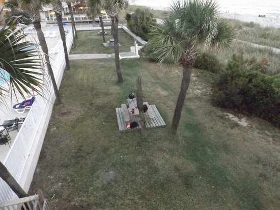 Econo Lodge Inn & Suites Beach: Picnic table where I grilled dinner, was great!