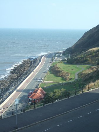 Stuart House Hotel: From our room on 2nd floor, looking along Marine Drive towards South Bay