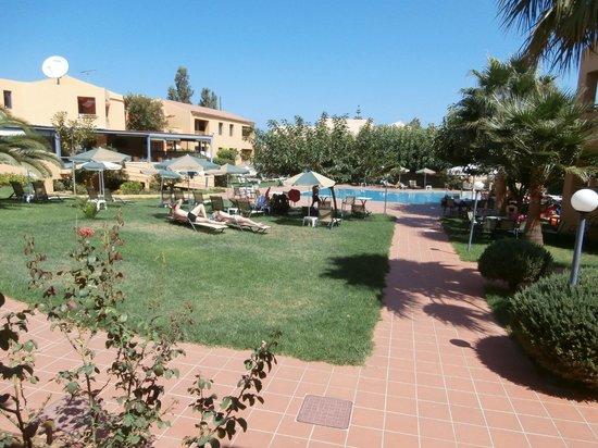 Golden Sand Hotel: pool and garden around