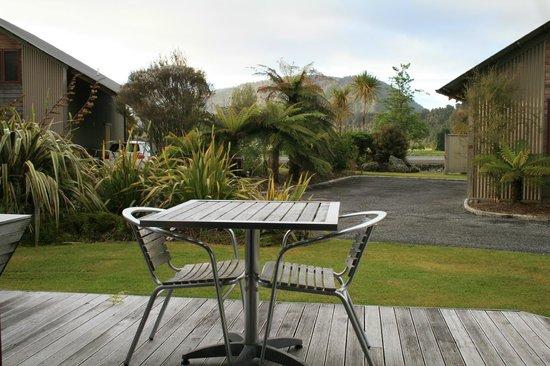 Glenfern Villas Franz Josef: Decking area