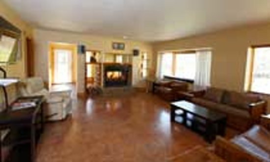 Door County Cottages : Downstairs living room