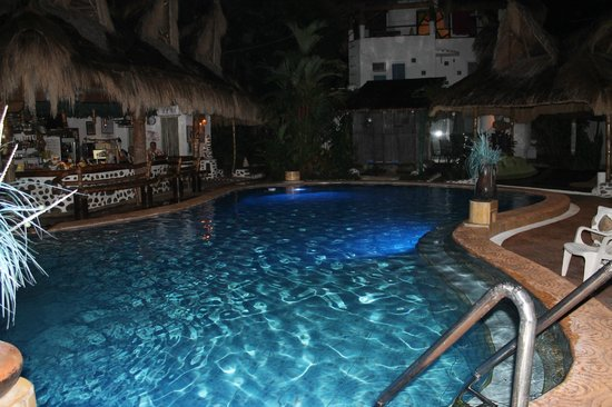 El Dorado Beach Resort: pool area at night