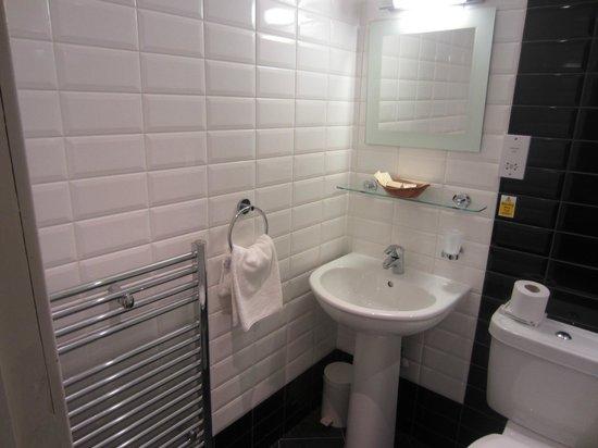 Cairn Hotel Edinburgh: Aseo habitación doble