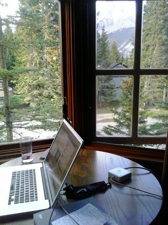 Banff Caribou Lodge & Spa: Wonderful place to sit and work.