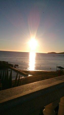 Invisa Hotel Club Cala Blanca: Sonnenaufgang von der Terrasse des Restaurants