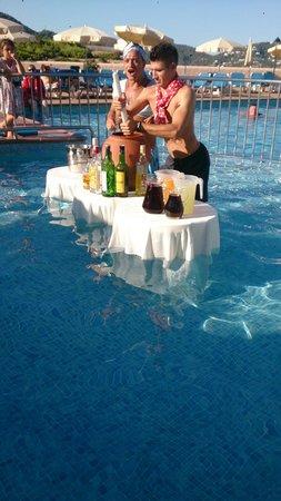 Invisa Hotel Club Cala Blanca: Cristian und Salvo machen Sangria