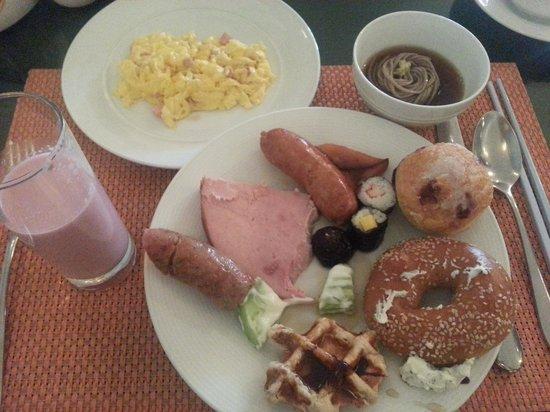 Pullman Bangkok Grande Sukhumvit: Delicious Breakfast - Soba, bagel, waffle, sausages, sushi, scrambled egg, etc