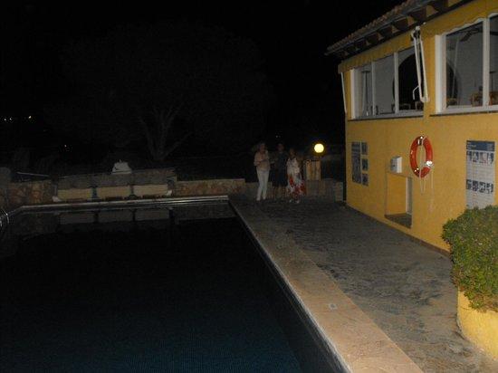 Club Santa Ponsa: Night view of restaurantside pool