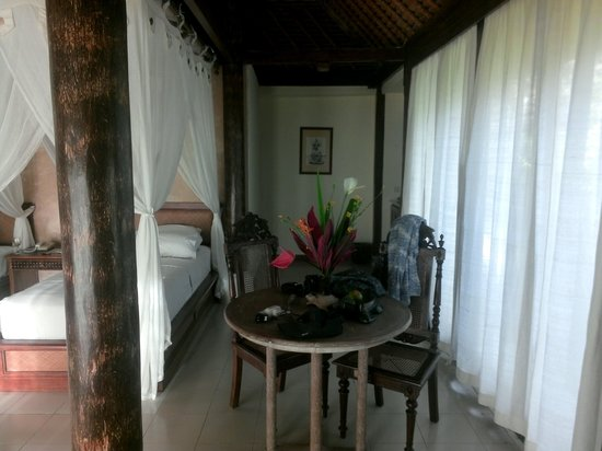 Bumi Ubud Resort: Dining and kitchenette in villa