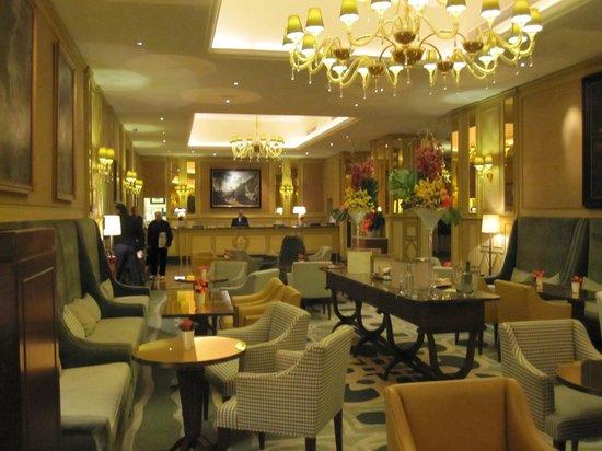 Hotel Principe Di Savoia: Sitting area in the lobby