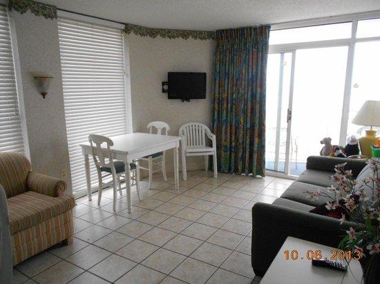 Atlantica Oceanfront Resort: Family Room/Dining Area